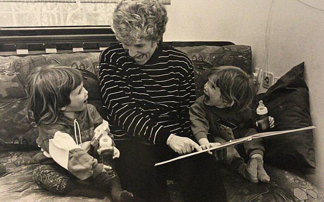 ילדים חרשים יכולים לשמוע ולדבר - תאומות עם לקות שמיעתית מקשיבות לסיפור