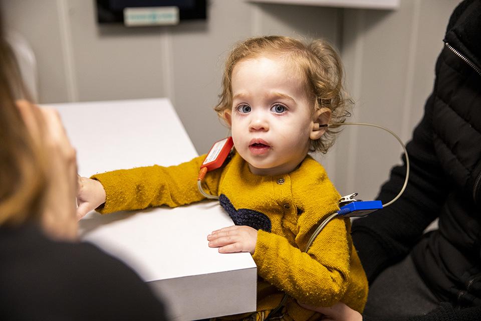 ילד בטיפול מילולי שמיעתי ב AV ישראל